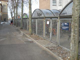 Figura 2: parcheggio sotto chiave, con recinto e tettoia (Roskilde, Danimarca)